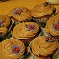 Banan- och blåbärscupcakes med mjölkchokladfrosting